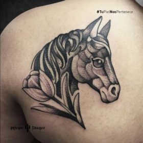 Tatuaje de caballo en la espalda – Creado por Germán | Infierno Tatuajes