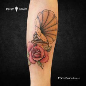 tatuaje de gramófono, tatuaje de tocadiscos, infierno tatuajes, estudio de tatuajes cdmx