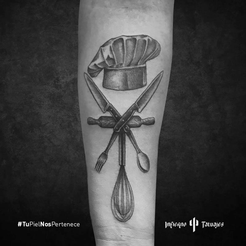 tatuaje de utensilios, ideas de tatuajes en el antebrazo, tatuajes black work, estudio de tatuajes, infierno tatuajes