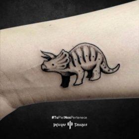 Tatuaje de dinosaurio Triceratops – Creado por Germán | Infierno Tatuajes
