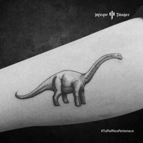tatuaje de dinosaurio de cuello largo, tatuaje de diplodocus, tatuajes en el brazo, mejores estudios de tatuajes al sur cdmx, infierno tatuajes