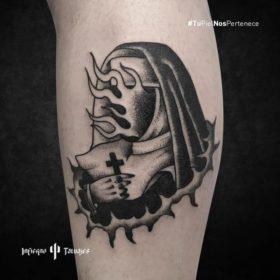 Tatuaje de monja, ideas de tatuajes en el brazo, monja en llamas, tatuadores mexicanos, infierno tatuajes