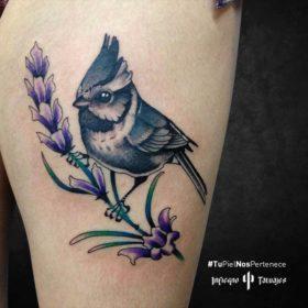 Tatuaje de pajarito sobre flor – Creado por Germán | Infierno Tatuajes