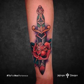 tatuaje de daga, daga con rosa, tatuajes en el antebrazo, donde hacerme un tattoo, infierno tatuajes