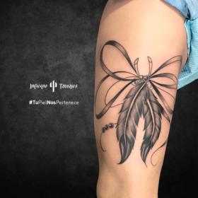 tatuaje de plumas, tatuaje de moño, tattoos en el brazo, tatuadores cdmx, infierno tatuajes