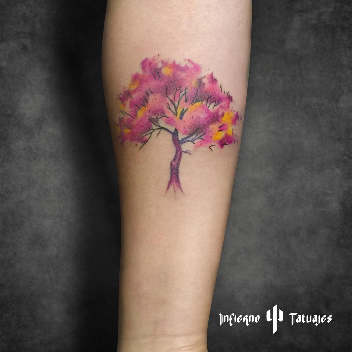 Tatuaje de arbol en acuarela – Creado por Paula | Infierno Tatuajes