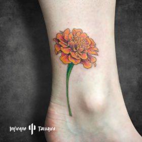 Tatuaje de flor cempasúchil – Creado por Paula   Infierno Tatuajes