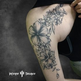 Tatuaje de flores en el hombro – Creado por Paula   Infierno Tatuajes