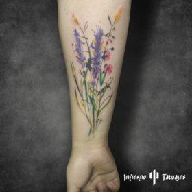 Tatuaje de flor lavanda en antebrazo – Creado por Paula   Infierno Tatuajes