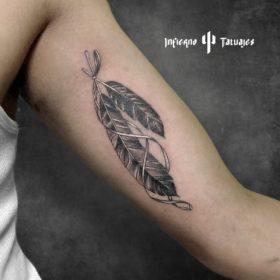 Tatuaje de plumas de ave en brazo – Creado por Paula   Infierno Tatuajes