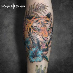 Tatuaje de tigre con flores – Creado por Paula   Infierno Tatuajes