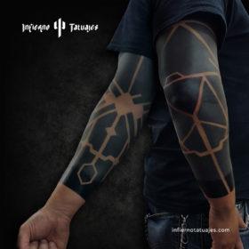 Black arm – Creado por Javier Gaona | Infierno Tatuajes