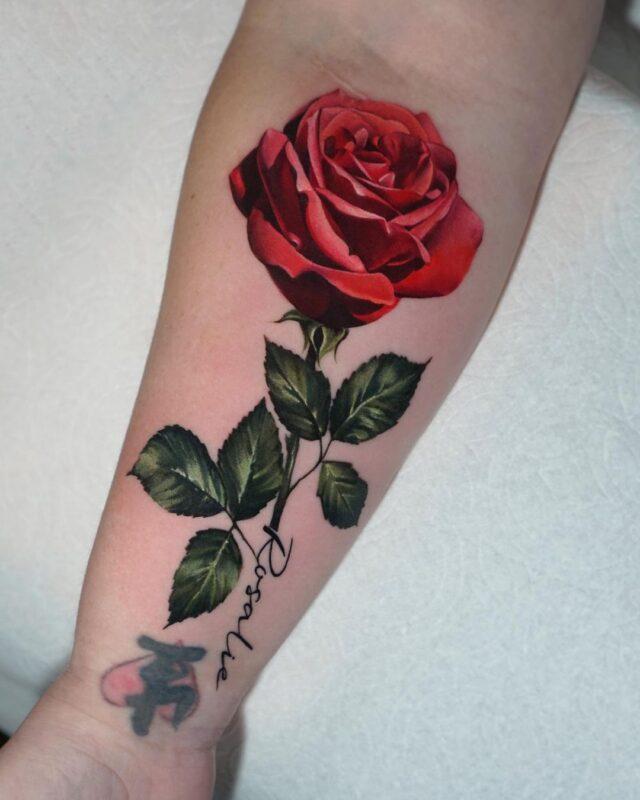 tatuaje de rosa realista infierno tatuajes