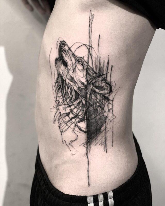 tatuaje de lobo en un costado de la pansa