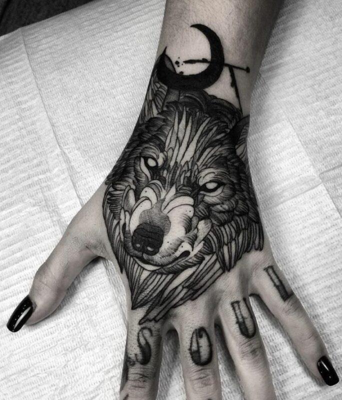 tatuaje de lobo en mano