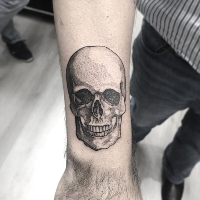 Tatuaje de cráneo blanco y negro
