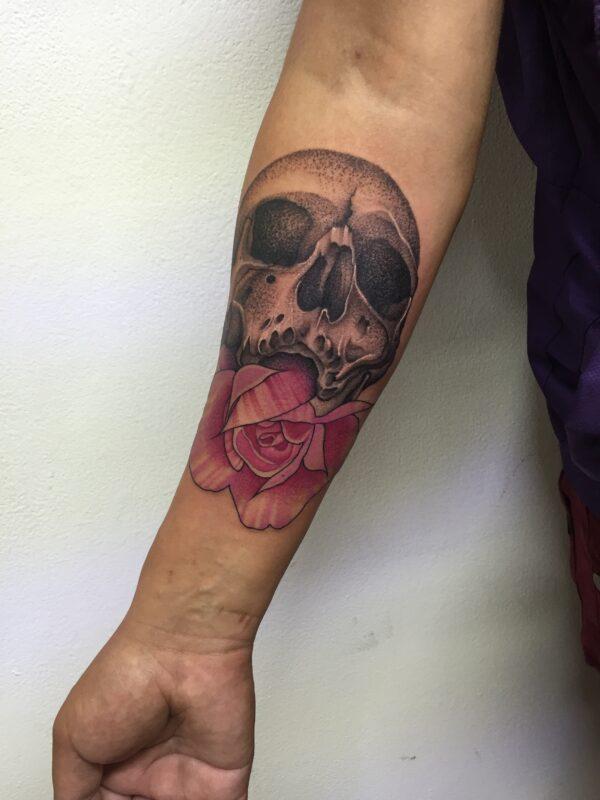 Tatuaje de cráneo con rosas