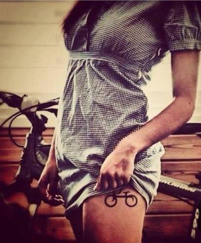 Tatuaje de bicicleta en la pierna