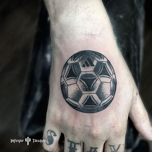 tatuaje de balon de futbol en la mano, mejores tatuadores, mejor estudio de tatuajes, idea de tatuaje para hombre