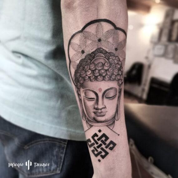 tatuaje de buda en antebrazo en blanco y negro, mejores tatuadores cdmx, mejor estudio de tattoos df, infierno tatuajes, idea de tatuaje para hombre