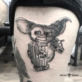 tatuaje de gismo en pierna tatuaje de gremlin, mejores tatuadores cdmx, mejor estudio de tattoos df, infierno tatuajes, idea de tatuaje para hombre