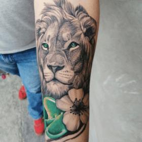 tatuaje de león en antebrazo en blanco y negro, mejores tatuadores CDMX, infierno tatuajes, toykbrown