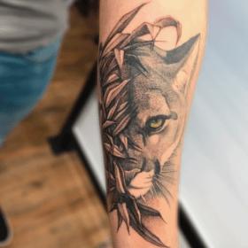 tatuaje de puma en antebrazo realista, mejores tatuadores CDMX, infierno tatuajes, toykbrown