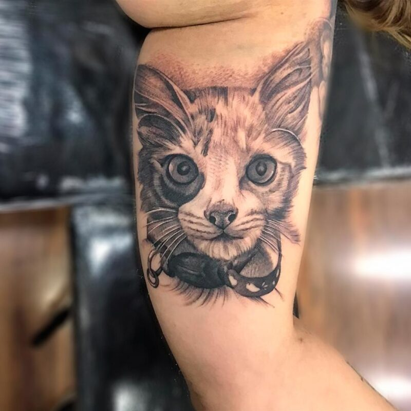 Tatuaje de gato a blanco y negro