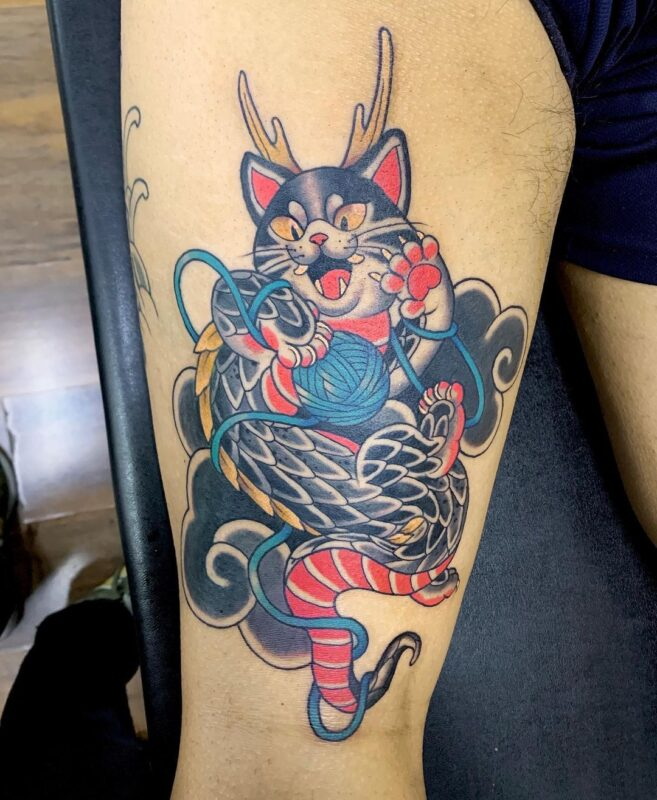 Tatuaje de gato juguetón