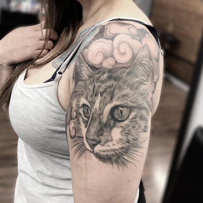tatuaje de gato en blanco y negro