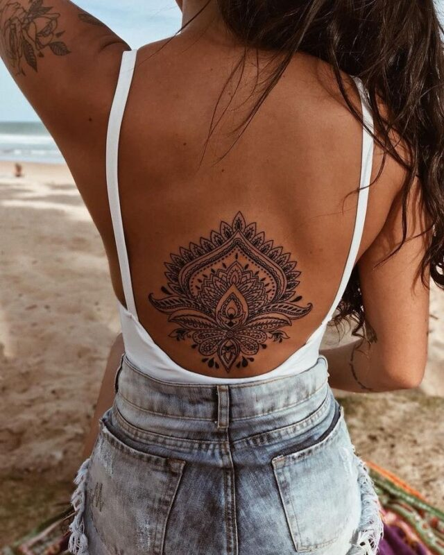 Tatuaje de mandala en la espalda