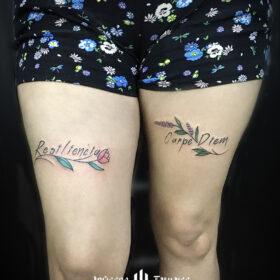 tatuaje de letras resiliencia, tatuaje frase carpediem, ideas de tatuajes para mujeres en pierna