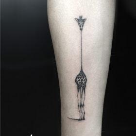 tatuaje minimalista de jirafa en blanco y negro, idea de tatuajes de animales, tatuadores cdmx